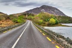 Strada irlandese con il Mountain View Fotografia Stock Libera da Diritti