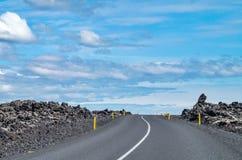 Strada in Islanda un giorno soleggiato Fotografia Stock Libera da Diritti