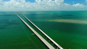 Strada a Key West sopra le chiavi delle isole e dei mari, Florida, U.S.A. archivi video