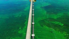 Strada a Key West sopra le chiavi delle isole e dei mari, Florida, U.S.A. video d archivio