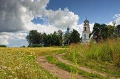 Strada la guida al tempiale in villaggio Glebovo. Fotografia Stock
