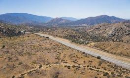 Strada lunga del deserto del Mojave in California immagine stock libera da diritti