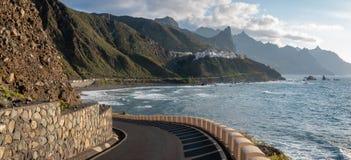Strada lungo l'oceano che conduce al villaggio del mare di Almaciga, dieci Fotografie Stock Libere da Diritti