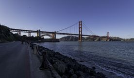 Strada lungo la spiaggia a golden gate bridge Immagini Stock