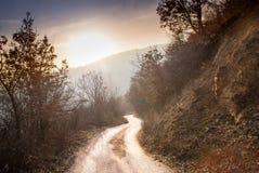 Strada in montagne che vanno giù Immagini Stock Libere da Diritti