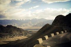 Strada in montagne dell'Himalaya. fotografia stock