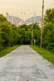 Strada in naturale con il fondo di industria della raffineria di petrolio Fotografie Stock