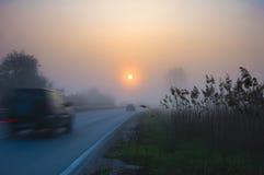Strada in nebbia con le automobili Fotografia Stock Libera da Diritti