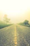 Strada in nebbia (effetto d'annata elaborato immagine filtrato immagini stock libere da diritti