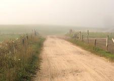 Strada nebbiosa Immagini Stock