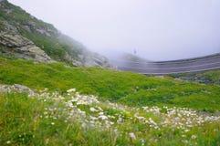 Strada nebbiosa della montagna Immagini Stock