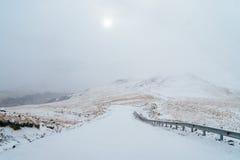 Strada nebbiosa della montagna Fotografia Stock