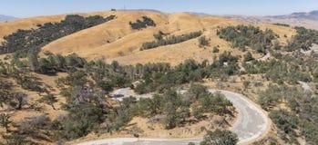 Strada nei terreni boscosi di California del sud fotografie stock libere da diritti