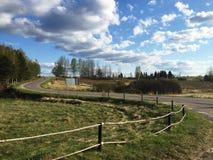 Strada nel campo, cielo nuvoloso Fotografie Stock