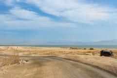 Strada nel deserto al mare Fotografie Stock