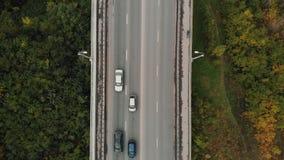 Strada nel primo piano di vista superiore della foresta Traffico cittadino sul ponte, metraggio aereo da un elicottero Vecchia ro stock footage