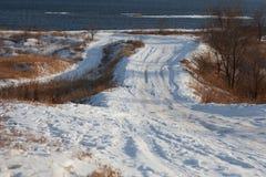 Strada nell'inverno al fiume immagine stock