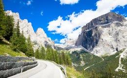 Strada nella regione di Dolomiti - Italia della montagna Fotografia Stock Libera da Diritti
