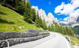 Strada nella regione di Dolomiti - Italia della montagna Fotografie Stock