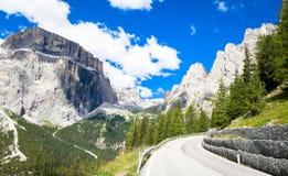 Strada nella regione di Dolomiti - Italia della montagna Immagini Stock Libere da Diritti