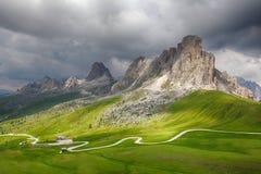 Strada nelle alpi dell'Italia, Passo Giau della montagna Fotografia Stock Libera da Diritti