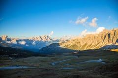 Strada nelle alpi dell'Italia, Passo Giau della montagna Fotografie Stock Libere da Diritti