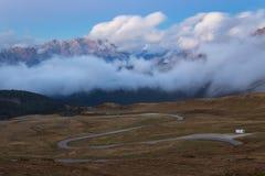 Strada nelle alpi dell'Italia, Passo Giau della montagna Fotografie Stock