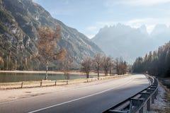 strada nelle alpi delle montagne Fotografia Stock