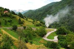 Strada nelle alpi di Carnic vicino a Paularo Immagini Stock