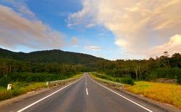 Strada nelle colline con cielo blu Immagini Stock