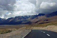 Strada nelle montagne del Tibet Fotografia Stock Libera da Diritti