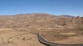 Strada nelle montagne del Yemen Immagini Stock Libere da Diritti