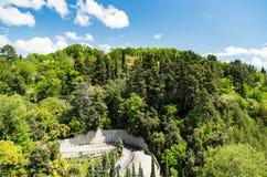 Strada nelle montagne e nel cielo blu pittoreschi di estate Immagine Stock Libera da Diritti