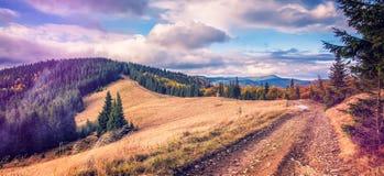 Strada nelle montagne Paesaggio meraviglioso della montagna di autunno Fotografie Stock Libere da Diritti