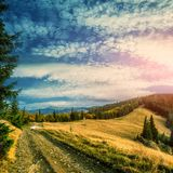 Strada nelle montagne Paesaggio meraviglioso della montagna di autunno scena maestosa della natura Fotografia Stock Libera da Diritti