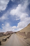 Strada nelle montagne sotto cielo blu Fotografia Stock