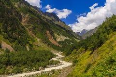Strada nelle montagne sotto il cielo blu Fotografia Stock