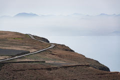 Strada nelle montagne, vista dal del Rio, Lanzarote, Spagna di Mirador Fotografia Stock Libera da Diritti