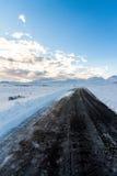 Strada nera attraverso neve Immagine Stock Libera da Diritti
