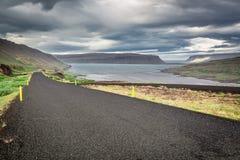 Strada nera nelle montagne Fotografia Stock