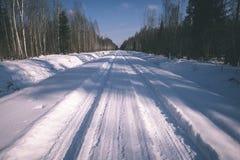 strada nevosa di inverno coperta in neve profonda - lo sguardo d'annata pubblica Immagini Stock