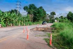 Strada nociva della strada principale nel lato del paese sull'alta montagna vicino Fotografie Stock