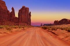 Strada non asfaltata al hub nel parco tribale della valle del monumento, Arizona, U.S.A. immagini stock libere da diritti