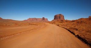 Strada non asfaltata attraverso la valle del monumento fotografia stock libera da diritti
