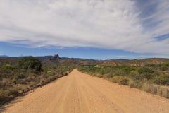 Strada non asfaltata che conduce sopra il passo di montagna di giorno Fotografia Stock Libera da Diritti