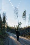 Strada non asfaltata con una donna di camminata Fotografie Stock