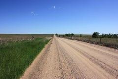 Strada non asfaltata con una zona rurale Fotografie Stock