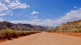 Strada non asfaltata dell'asse per lavare in deserto Fotografia Stock Libera da Diritti