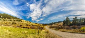Strada non asfaltata della campagna e recinto di legno Fotografia Stock Libera da Diritti