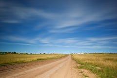 Strada non asfaltata diritta Fotografie Stock Libere da Diritti